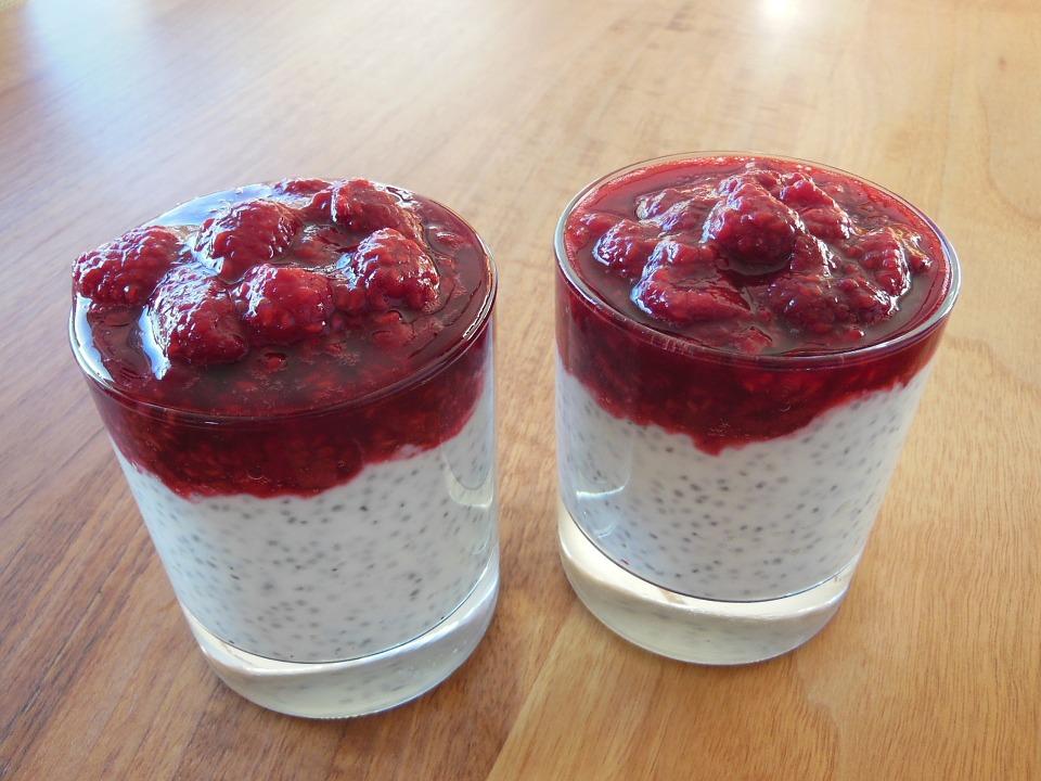 chia semienka v jogurte s malinami