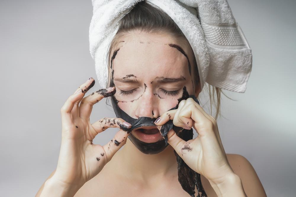 čierna maska na akné